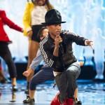 """Pharrell Williams durante la performace live, canta il suo brano """"Happy, nominato come miglior canzone originale"""
